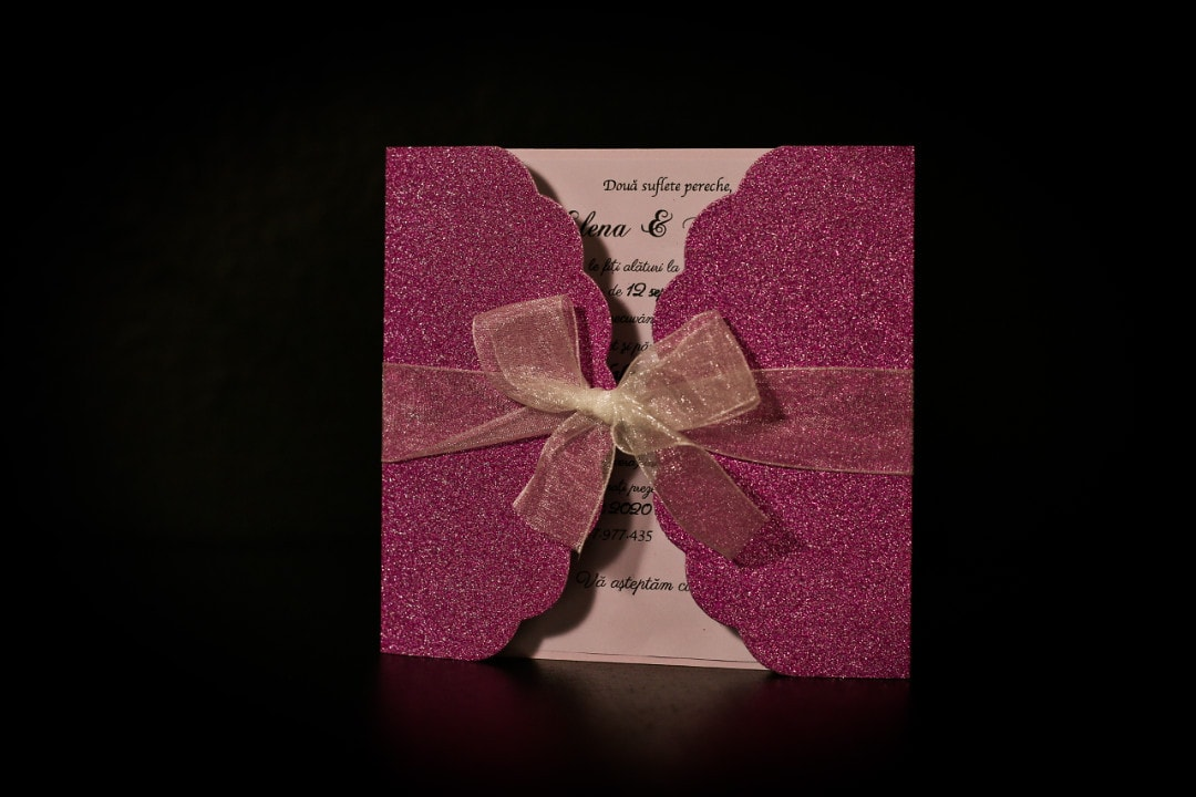 invitatie gatefold glitter roz- invitatii nunta personalizate-grand-media.ro