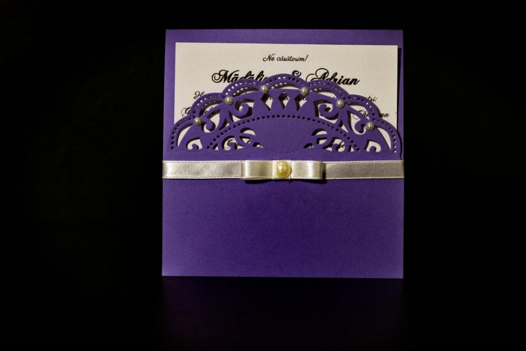 invitatie nunta violet tip plic cu perle - invitatii nunta personalizate-grand-media.ro
