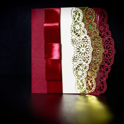 invitatie nunta margini dantelate rosu si auriu